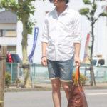 デニムショーツの大人の着こなしは白シャツで。